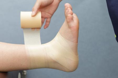 テープを巻く範囲(足首全体)にアンダーラップを巻く