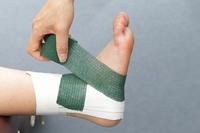 土踏まずまで巻いたテープは足の裏に回して、足の外側から内くるぶしへ巻く
