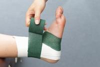 内くるぶしから、アキレス腱、外くるぶしの少し上と足首を一周