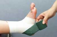 アキレス腱→かかとの外側から足の裏へ、斜め45度の角度で巻く