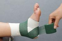 アキレス腱→かかとの内側から足の裏へ、斜め45度の角度で巻く