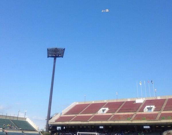 ヘリコプターから試合球が投下される演出