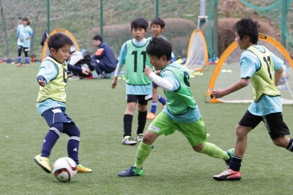 次のプレーを考えず、ボールが来るととりあえず蹴ってしまう子どもたち。プレーの判断をどう指導したらいい?