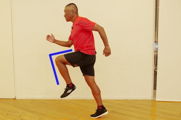 ひざをしっかり上げて走ると速くなる! 速く走るための正しいひざの角度