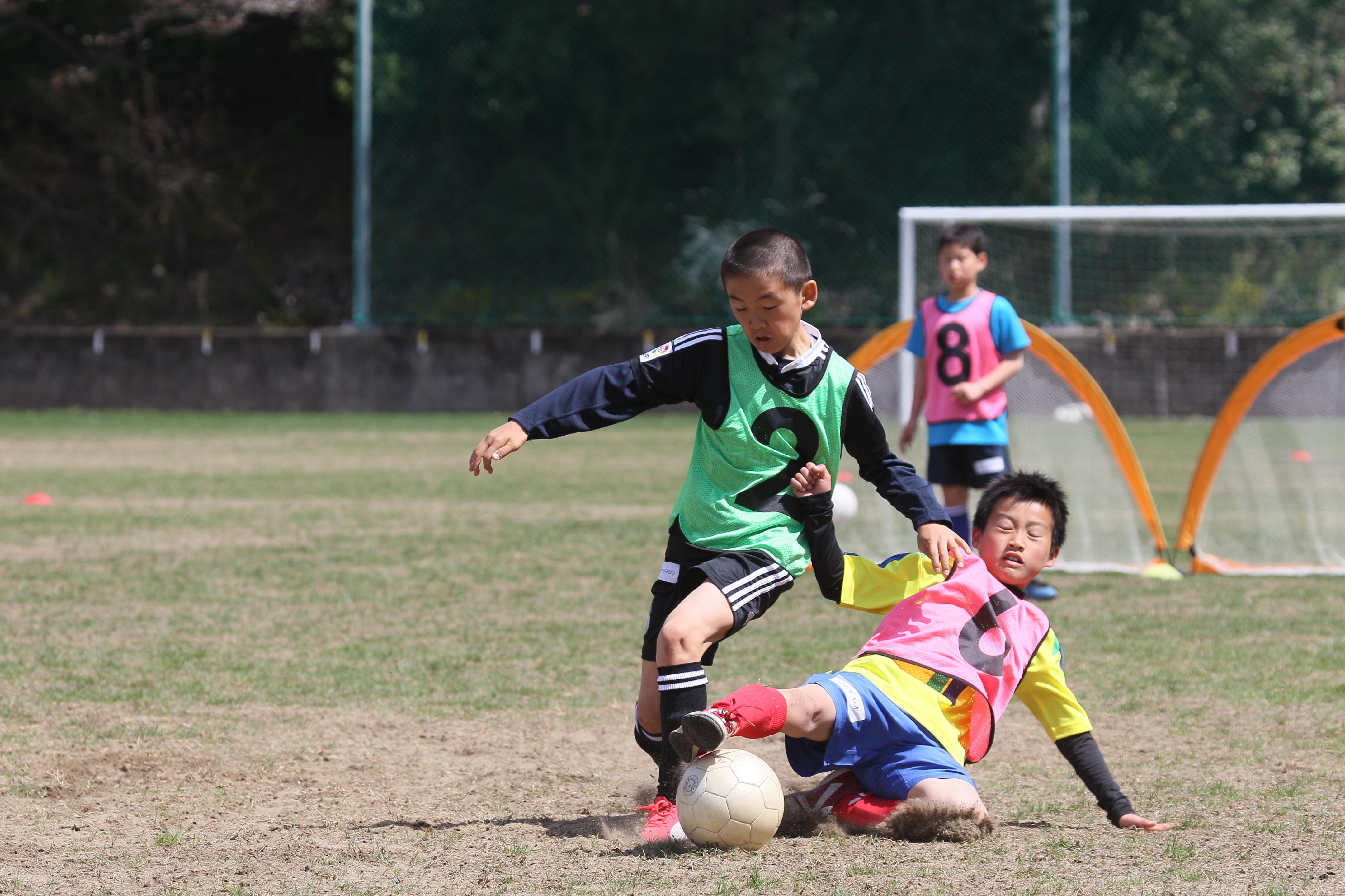 「よのなか科」推進の藤原和博さんも太鼓判、「自分で考えるサッカー」が4択問題が通用しない世界を生き抜く力を育む