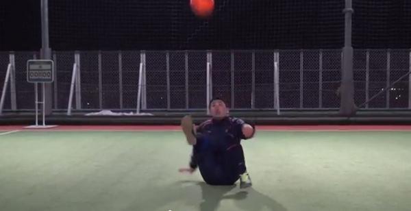 スリータッチ目でボールを頭上高く蹴り上げる