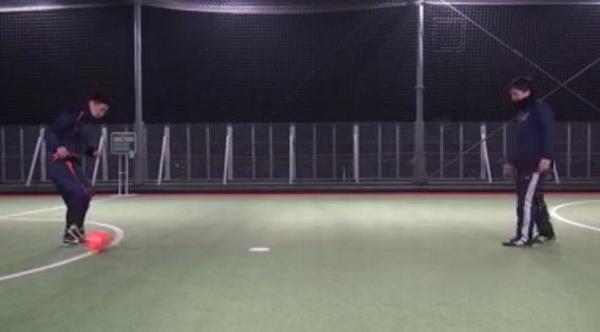 2.Aは右足のアウトサイドで右斜め前方にボールをコントロールする
