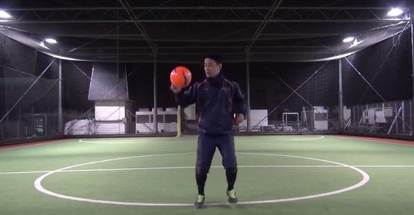 ボールは顔の位置くらいまで蹴り上げる