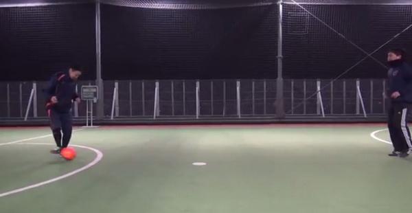 Aは右足インサイドで右斜め前方にボールをコントロールする
