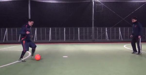 Aは右斜め前方のボールを左足アウトサイドでBにパス