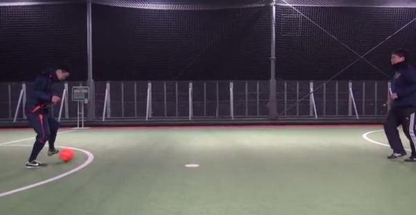 Aは左足インサイドで左ななめ前方にボールをコントロールする