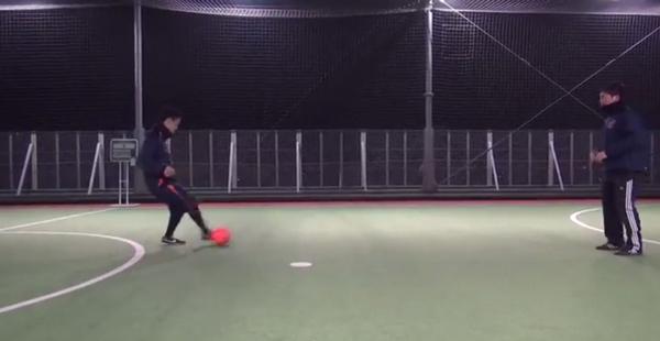 Aは左斜め前方のボールを右足アウトサイドでBにパス