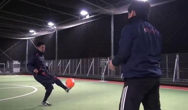 左に来たボールは右足アウトサイドでダイレクトパス