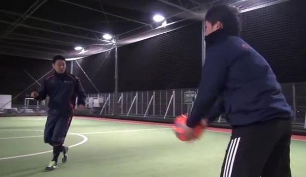ボールを見ながら右方向に移動