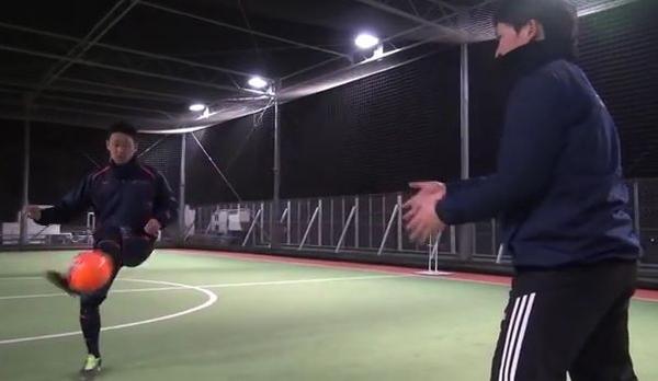 タイミングを合わせて右に来たボールを左足アウトサイドでダイレクトパス