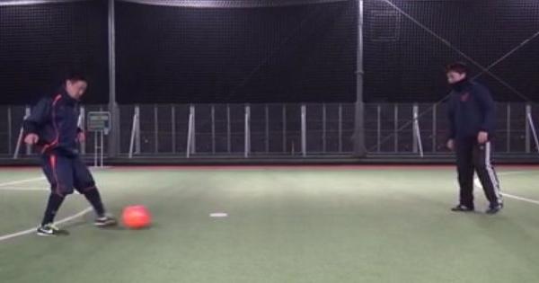 Aは右斜め前方のボールを左足のアウトサイドでBにパス