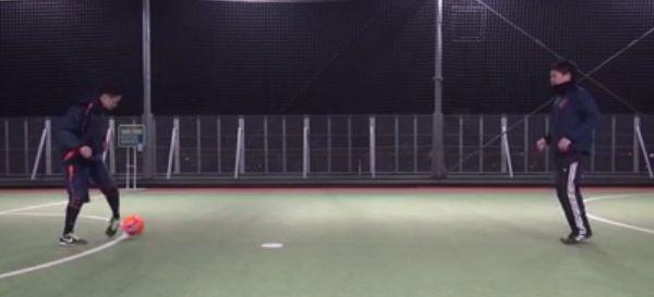 Aは左足のアウトサイドで左斜め前方にボールをコントロールする