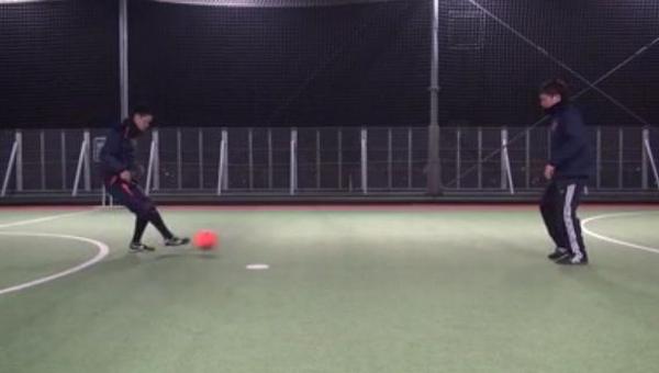 Aは左斜め前方のボールを右足のアウトサイドでBにパス