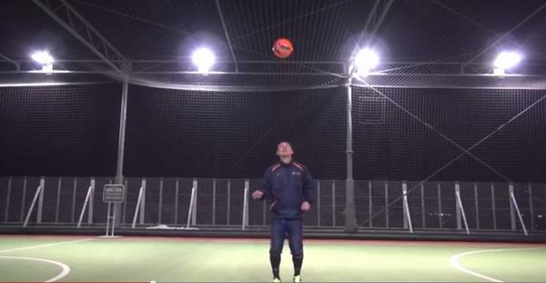 ボールを頭より高く上げる