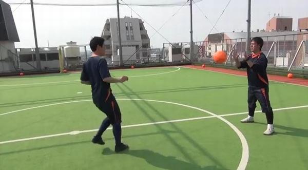 3人1組のトレーニング(浮き球インサイドのダイレクトパス)